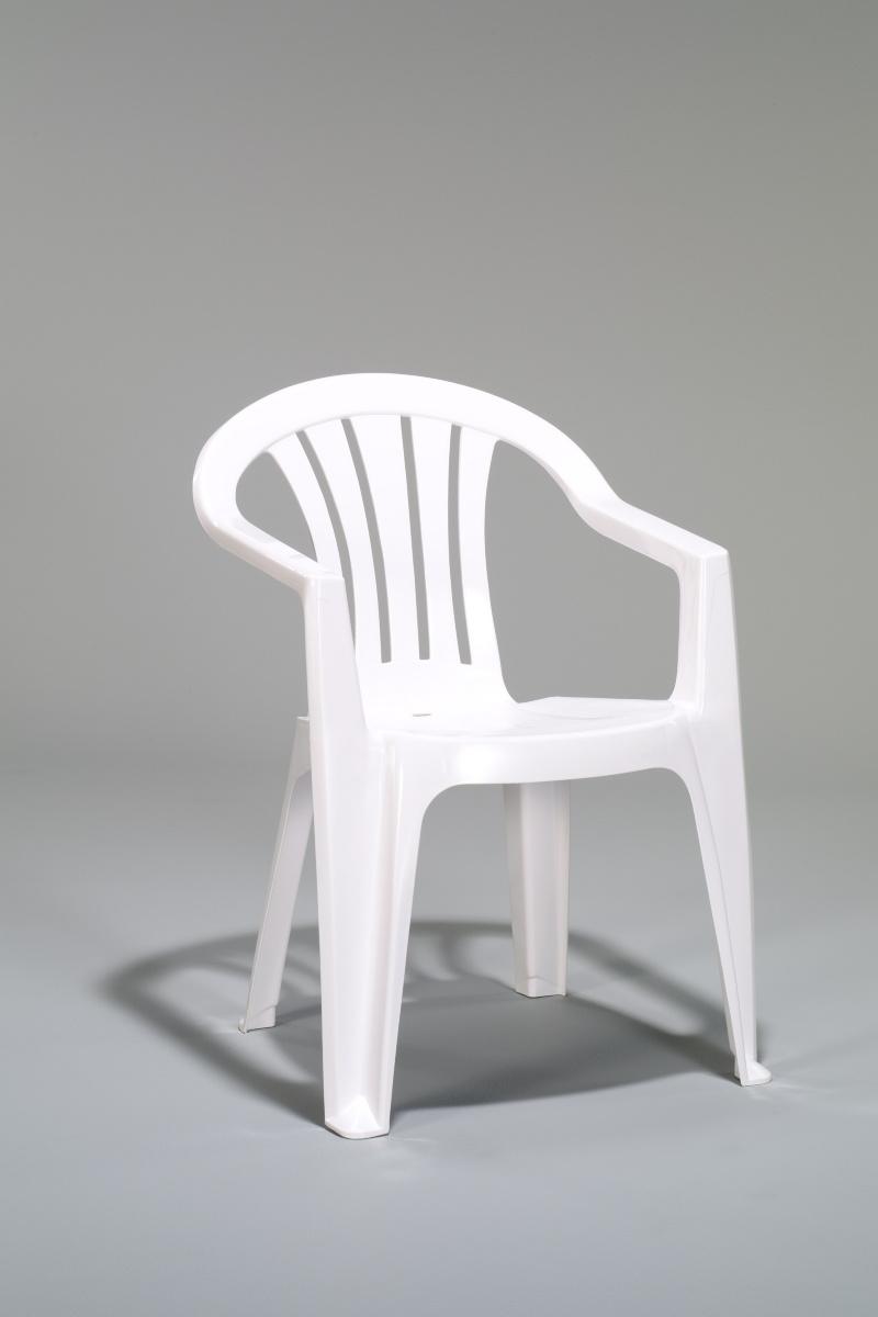 Plastová záhradná stolička SICILL-137185 biele farebné prevedenie. Je vyrobená z odolného polypropylénu, ktorý je takmer bezúdržbový. Záhradné kreslo je odolné voči vplyvom počasia, vody i UV žiareniu, preto je vhodné aj do exteriéru. Rozmer 56 x 58 x 79 cm. Obrázok je ilustračný. Cena: 11.4000 EUR