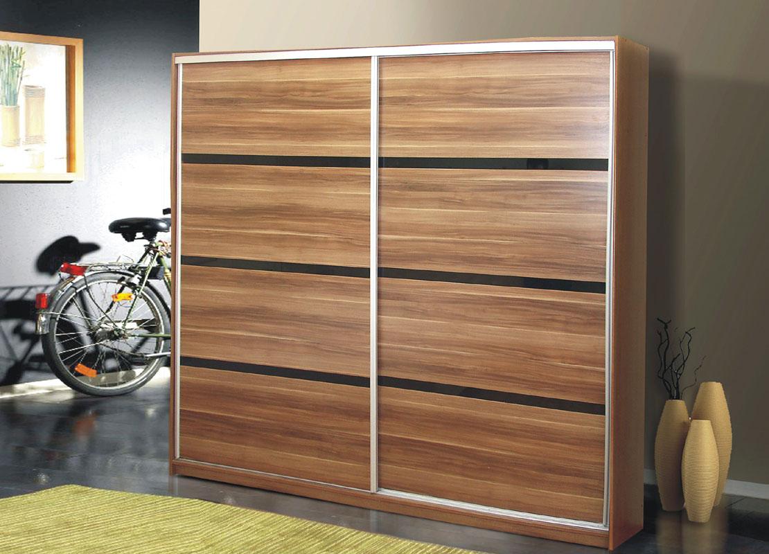 Priestranná šatníková skriňa Flores v modernom prevedení. Obľúbené farebné prevedenie slivka. Systém posuvných dverí, kvalitné kovanie Sevroll. Vnútorné riešenie skrine: vešiakové tyče, police a zásuvky. Skriňa je vyrobená z kvalitného LTD. Dekoračné pásy sú z čierneho skla. Rozmer (v/š/h) 220 x 226 x 64 cm. Dodávame v demonte. V ponuke i ďalšie zaujímavé skrine. Cena: 432.4000 EUR