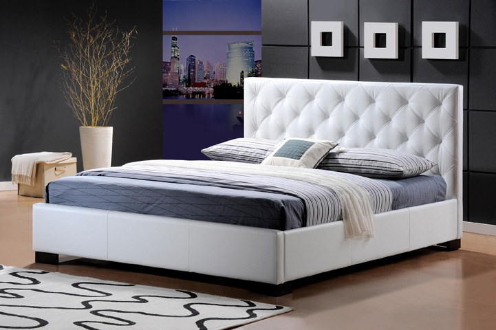 Elegantná posteľ TERANO 180 s výrazným zadným čelom. Poťahová látka - kvalitná biela ekokoža. Nožičky sú z dreva. Ku posteli patrí aj klasický lamelový rošt  (2 x 13 širokých lamiel). Výška roštu od zeme je približne 22 cm. Odporúčame dokúpiť matrac 180 x 200 cm alebo dva v rozmeroch 90 x 200 cm, minimálna výška matracu by mala byť 15 cm. Rozmer postele (v/š/h) 100 x 186 x 216 cm. V ponuke je tiež TERANO 160. Ku posteli doporučujeme nočný stolík TOKIO. Cena: 260 EUR