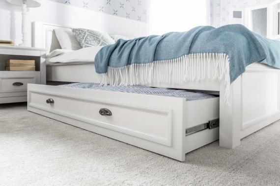 MADYSON biely nočný stolík z masívu 12